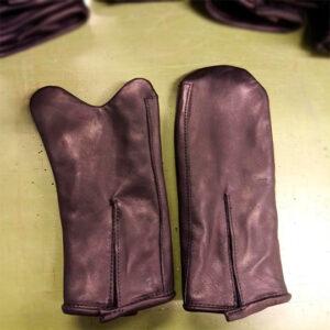 Specialhandsker, lavet i de materiale du ønsker. Her er det en slidstærk og samtidig blød handske, med tyndt foer i. Pris er afhængig af materiale valg og model.