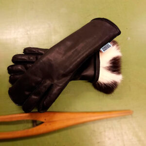 Special handsker, lavet i de materialer du ønsker. Det kunne være tynd og blødt lam for en handske med foer i. Her med et langhåret og varmt foer. Pris afhængig af materialevalg og model.