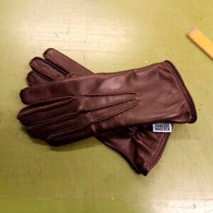 Herre handske i blød lam med strikfoer, fra 1600, fåes også i andre materialer, fx hest. Håndsyet denter. Pris fra 1600 kr.