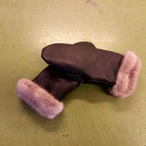 Luffer i lammeskind med minkfoer som der kan bukkes rundt som dekoration. Pris fra 1200 kr.
